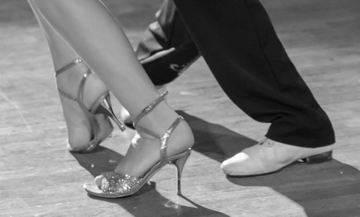 Offene Tanzschuhe mit Riemchen und Absatz in silber